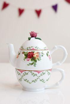 As-is, Broken, Junk Royal Albert Old Country Roses Tea For One in Original Box ~~ BEAUTIFUL:)