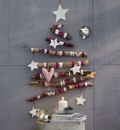 sapin de Noël en bois flotté superbe, décoré d'accents en pourpre et blanc