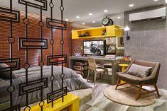 Quarto do Rapaz - Ana Paula Munhoz e Gabriella Saback - A atmosfera ficou descontraída e urbana com o armário e os nichos trabalhados em microtextura cinza e detalhes em amarelo.foto:Jomar Bragança