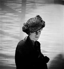 Chapeau Schiaparelli (Elsa Schiaparelli (1890-1973), couturière française d'origine italienne). Paris, juillet 1935.