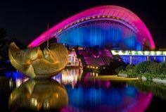 """BERLIN, Haus der Kulturen, fruehes Kongresszentrum. Von den Berlinern liebevoll """"Schwangere Auster"""" genannt. Hier beleuchtet während des Festival of Lights - jeden Oktober in der ganzen Stadt :-)"""