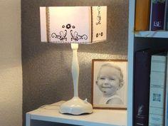 Abat-jour - niveau 3  Pour la réalisation d'un abat-jour, vous pouvez choisir une ossature en 2 parties qui vous permettra de choisir vous-même la hauteur de votre abat-jour. Ici un jeu de noir et blanc grâce à l'utilisation de stickers noirs. Table Lamp, Stickers, Detail, Lighting, Home Decor, Manualidades, Lantern Candle Holders, Candles, Creative Crafts