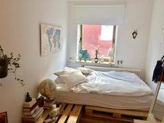 Praktische DIY-Idee fürs WG-Zimmer: Bett&Nachttisch aus Europaletten #DIY