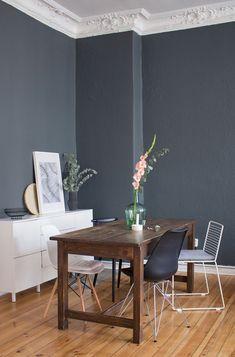 esszimmer-inspiration-vintage-style-tisch-dunkle-wand-farbe-2 ... - Esszimmer Farben
