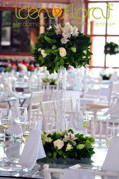 Centro de mesa alto, hecho con follaje, rosas y astromelias.