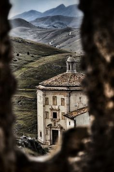 Rocca Calascio, Abruzzo, Italy by Gianfranco Fortuna.open your mind Places In Italy, Oh The Places You'll Go, Places To Travel, Places To Visit, Italy Travel, Beautiful Landscapes, The Good Place, Beautiful Places, Around The Worlds