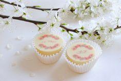 Gastgeschenk Hochzeit Praline Wedding Favor Boxes, Wedding Table, Diy Wedding, Wedding Giveaways, Just Married, Mini Cupcakes, Wedding Inspiration, Presents, Chocolate