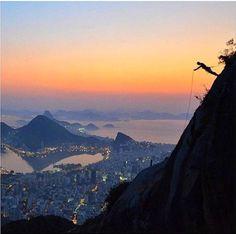 A trilha do Morro dois irmãos é das mais belas do Rio, com uma vista arrebatadora. A subida tem início no morro do Vidigal e a caminhada é bastante simples de ser feita.