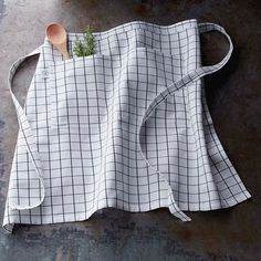 Williams Sonoma's kitchen aprons are made of sturdy cotton twill and are a necessity in any busy kitchen. Find chef aprons for men and women at Williams Sonoma. Half Apron Patterns, Vintage Apron Pattern, Aprons Vintage, Sewing Patterns, Cafe Apron, Portfolio Images, Aprons For Men, Open Kitchen, Williams Sonoma