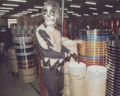 Peter at the Pearl factory Pearl Drums, Famous Guitars, Vinnie Vincent, Peter Criss, Kiss Pictures, Kiss Band, Ace Frehley, Hot Band, Bellisima