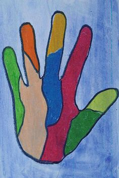 Laveeraa taustapaperi ja anna kuivua.Voit käyttää myös valmista väripaperia. Piirrä lyijykynällä oman kätesi ääriviivat paperiin. Jaa käsi osiin tai koristele muuten. Väritä ja rajaa vahaväreillä.