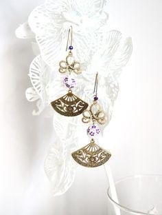 Ces Boucles d'oreille asiatiques, éventails et perles chinoises blanches et violettes sont montées à la main à partir de laiton couleur bronze.   Chaque boucle se compose d'u - 8465275