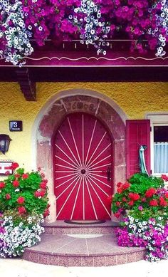 Estudo em rosa e lilás. I don't know what this says but, the door and flowers are beautiful!