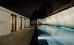 Der Bereich mit Naturstein Aussenpool und die Sauna können bei Dunkelheit beleuchtet werden.