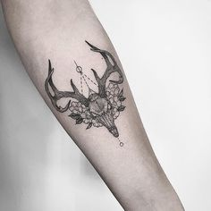 Small stag skull with flowers and geometry for Maddie. Good to see you again…