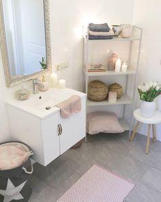 Die Puristische, elegante und durch und durch zeitlose Vase Hammershøi hat eindeutig It-Piece-Potenzial. Einfach typisch dänisch! Kombiniert mit frischen Blumen sorgt sie für in diesem wunderschönen Badezimmer für ein stilvolles Accessoire! Kerzenschein und Badtextilien in Rosa runden den tollen Look ab! //Badezimmer Bad Beistelltisch Vase Blumen Kerzen Spiegel Badvorleger Deko Dekoration Regal Schrank #Badezimmer #Bad #Beistelltisch #Vase #Blumen #Kerzen #Spiegel #Badvorleger #Deko…