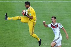 サッカーW杯ブラジル大会(2014 World Cup)決勝、ドイツ対アルゼンチン。ドイツのミロスラフ・クローゼ(Miroslav Klose、右)の前でボールをキャッチするアルゼンチンのセルヒオ・ロメロ(Sergio Romero、2014年7月13日撮影)。(c)AFP/GABRIEL BOUYS ▼14Jul2014AFP|ドイツが延長制し4度目のW杯制覇、ゲッツェが決勝点 http://www.afpbb.com/articles/-/3020416 #Brazil2014 #Germany_Argentina_final