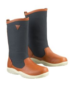Океанские сапоги. Позволяют ногам оставаться сухими при нахождении на палубе в условиях сильного дождя или захлестывающих волн. Используются вместе с термоносками и непромом. Целесообразны только для офшора или гонок в плохую погоду, особенно, для позиции на откренке.