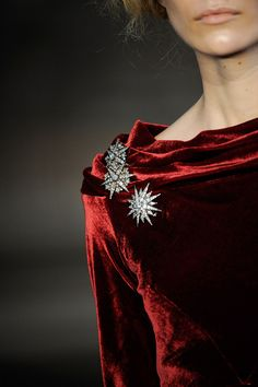 Ralph Lauren detail, Red velvet with sparkle brooches Non Plus Ultra, Estilo Fashion, Shades Of Red, Fashion Details, Lady In Red, Jewelery, At Least, Ralph Lauren, Glamour