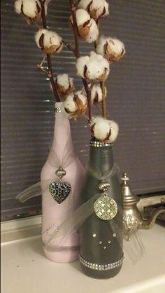 Flessen bewerkt met gesso, geverfd en versierd met oude sieraden etc.