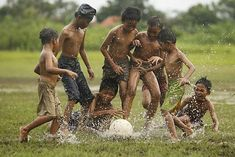 ❤⚽ The Game of children We Are The World, People Of The World, Foto Picture, Friendship Photography, Village Photography, Beauty Of Boys, 13 Year Old Boys, Kids Photography Boys, Art Village