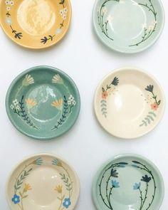 """Barro, manos y amor on Instagram: """"Platitos terminados. . . . . . . . . #despojadores #flores #flauwers  #pottery  #handmade"""" Pottery Painting Designs, Pottery Designs, Paint Designs, Pottery Mugs, Ceramic Pottery, Pottery Art, Painted Plates, Hand Painted Ceramics, Ceramic Tableware"""