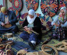 Hasır tepsi, Antakya (Hatay) Türkiye (wicker tray) Turkey Culture, Naher Osten, Art Tribal, Turkish People, Cradle Of Civilization, Cultural Diversity, Turkish Towels, Ottoman Empire, People Of The World