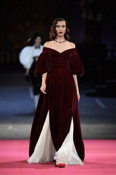 One couture confection was more elaborate than the next at the Alta Moda collection Dolce & Gabbana held at Milan's La Scala opera house. Vogue Paris, Crazy Runway Fashion, Fashion 2020, Fashion Women, High Fashion, Vogue Fashion, Steampunk Fashion, Gothic Fashion, Victorian Fashion