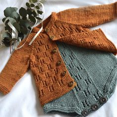 Aida top down cardigan knitting project by Oge Knitwear Designs (Vera Stensrud) Baby Knitting Patterns Free Newborn, Baby Sweater Patterns, Baby Sweater Knitting Pattern, Baby Boy Knitting, Knitted Baby Cardigan, Knit Baby Sweaters, Knitted Baby Clothes, Baby Clothes Patterns, Cute Baby Clothes