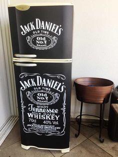 Envelopamento de geladeira com Jack Daniels para decoração