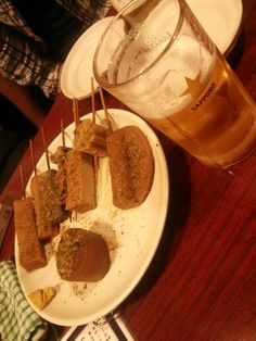 ガッツ@高田馬場。しぞーかおでんのお店。立ち飲みではなく、ビールケースみたいなイス付。座って飲めます。律さん、よーすけさん、あやちゃんと。
