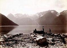 FAKf-100244.160205 Hjørundfjord. (JSR-Kode: A8-A-Natur) - Stollbergneset til venstre, vidare Otolhornet, Skår med Skårasalen høgast bak til høgre. (Informant: Knut Riise.) Landskap, fjell, fjord, båt, menn, Ørsta, Hjørundfjord | 1880 - 1900