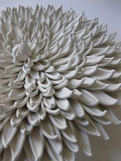 Avec 36 connaître les variétés de dahlias, ce magnifique Dahlia est de la classification semi-cactus «match». J'ai finement sculpté à la main chaque pétale et attachés à une base avec deux trous inclinées dans le dos pour l'accrochage sécurisé. Même si elles sont superbes, seul, ou comme une pièce maîtresse, ils sont tout à fait frappant comme un groupement trop.  Dimensions : environ 7 Couleur : blanc   Options de finition sont visibles dans la dernière photo. Du haut à gauche, vers la…