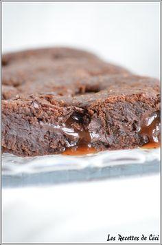 Coucou tout le monde!! Il me restait une petite tablette de chocolat carambar alors je me suis dit que des petits carreaux de chocolat avec du carambar fondu dans un gâteau au chocolat ce serait parfait!! C'est d'ailleurs l'avis de ma puce qui a adoré...