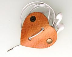 Leather earbud / earphone / cable organizer in natural vegetable tanned Englisch saddle leather