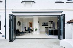 Kitchen Development with Bi Folding Doors : Puertas y ventanas modernas de ROCOCO
