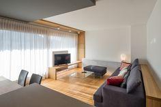 Ampio e originale salotto / zona living. Il legno, sul pavimento e ...