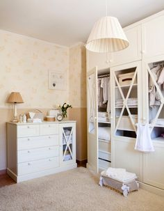 Con mucho almacenaje  Todo lo que necesitas se puede guardar en estos armarios con puertas de madera y cristal y la estantería abierta ubica...