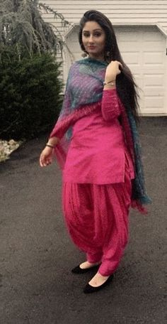 Punjabi Girl Hairstyle Image - Punjabi Girl Hairstyle Image Television amateur Shireen Mirza who was aftermost apparent in the Star Plus accepted ball Yeh Patiala Suit Designs, Salwar Designs, Kurta Designs Women, Kurti Designs Party Wear, Blouse Designs, Stylish Dress Designs, Designs For Dresses, Stylish Dresses, Stylish Suit