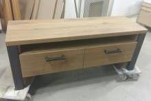 TV-MEUBEL Dit tv-meubel is gemaakt van licht rustiek eikenhout. De poten zijn gemaakt van industrieel zwart staal. De grepen op de kast zijn van het z...