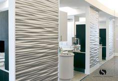 Christie Lewis Interiors ha creado una experiencia cálida y acogedora, en un consultorio dental en Utah. Los pasillos tienen panel modelo Ondata de Soelberg Industries.