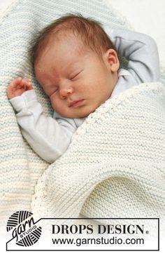 Couverture au tricot pour bébé, au point mousse rayé, tricotée d'un coin à l'autre, en DROPS BabyMerino