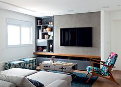 Neste living, a arquiteta Fernanda Dabbur instalou parede de drywall para a TV… Living Room Tv, Apartment Living, Interior Design Living Room, Home And Living, Decoration Design, Small Apartments, Buffet, New Homes, House Design