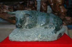 Mucca in pietra scolpita dallo scultore valdostano Giangiuseppe Barmasse #mucca # cow  #aostavalley #italian #alps #travel #holidays