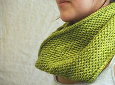 Ravelry: honey cowl pattern by Madelinetosh. Made one with crazy yarn and plan on another one soon. Knitting Blogs, Knitting Stitches, Knitting Patterns Free, Knitting Yarn, Knit Patterns, Free Knitting, Knitting Projects, Free Pattern, Simple Pattern