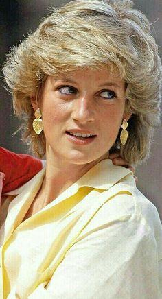 Princess Diana Wedding, Princess Diana Fashion, Princess Diana Family, Princess Diana Pictures, Royal Family Portrait, Elisabeth Ii, Short Hair With Layers, Lady Diana Spencer, Beauty Full Girl