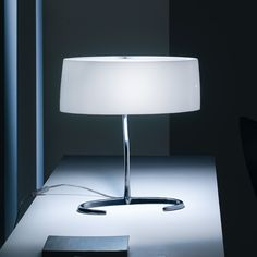 Esa. Foscarini. Lámpara de sobremesa con base y pie en aluminio pulido y pantalla de vidrio satinado, blanca por dentro y coloreada por fuera. E27 1 x 70W Incluida. Diseñador: Lievore Asociados. http://www.lamparasoliva.com/lamparas/de-sobremesa/esa-foscarini.html