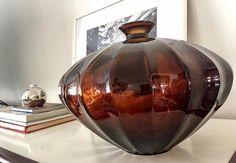 WEBSTA @ eridollinger - Vasos com cores e formatos diferentes. De acordo com sua escolha , determinam o estilo e a personalidade de sua casa! Eu tenho mania de vasos! Esse foi escolhido pra casa da mãe! #vasos #vaso #decor #decoration #decoraçao #adornos #objetosdecorativos #objetosdedecoração #homedecor #homestyle #ericadollinger #eridollinger #personalhomestyle