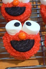 Elmo cupcakes icing marshmallows a little licorice or oreo and a jaffa to decorate a face cute Elmo party theme food idea ! What do you think ?