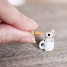 Tiny baby bunny in a mug set - miniature clay rabbit with carrot Diy Fimo, Crea Fimo, Polymer Clay Kawaii, Polymer Clay Animals, Fimo Clay, Polymer Clay Projects, Polymer Clay Charms, Polymer Clay Art, Clay Crafts